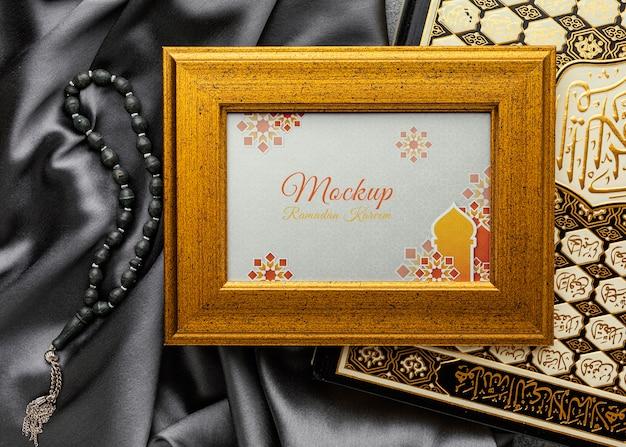 Vista dall'alto del mockup della cornice islamica del ramadan