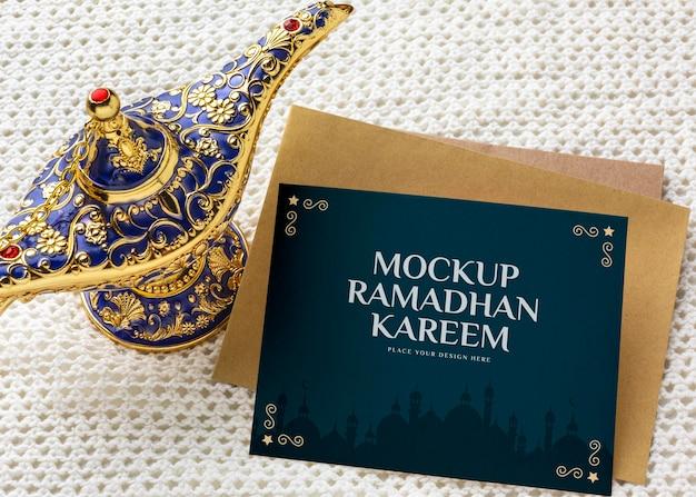 Ramadan kareem e lampada ad alto angolo