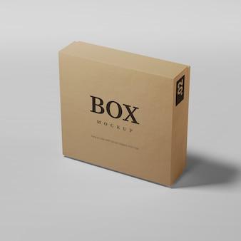 Реалистичная картонная коробка изолирована