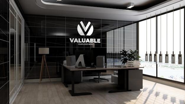 고급스러운 검은색 벽 디자인 인테리어가 있는 사무실 관리자실의 실제 회사 로고 모형