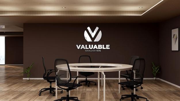 사무실 원 책상 회의 공간에서 현실적인 회사 로고 모형