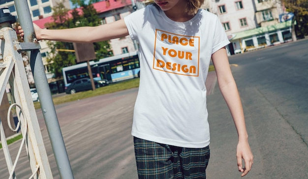 현실적인 여성 티셔츠 모의 컵