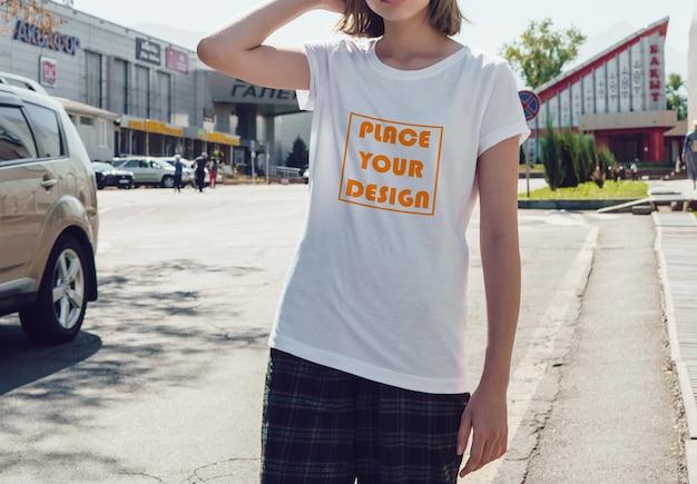 リアルな女性のtシャツのモックアップ