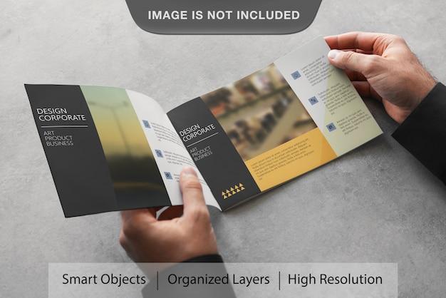 現実的な風景のパンフレットのモックアップ