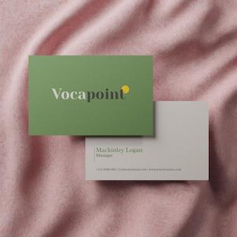 Реалистичный минимальный макет визитки на розовой ткани