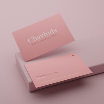 Реалистичный минимальный макет визитки на розовом постаменте