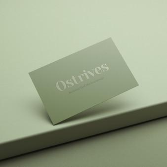 Реалистичный минималистичный макет визитной карточки на зеленом постаменте