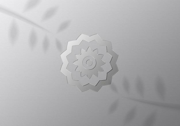 Реалистичный мокап с серебряным логотипом