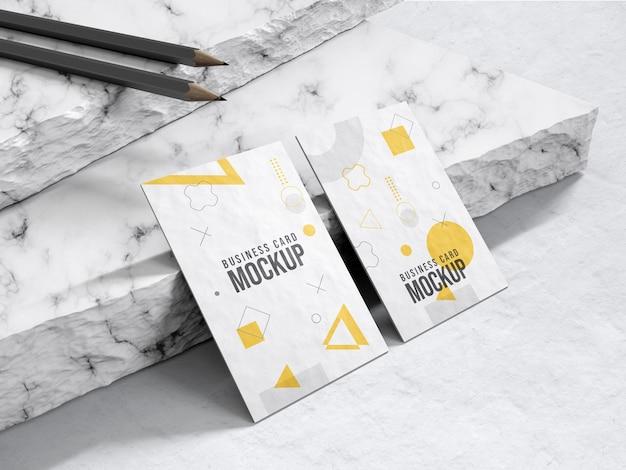 鉛筆のモックアップと現実的なモダンな縦型名刺