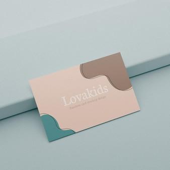 Реалистичный макет визитной карточки в пастельных тонах на пьедестале