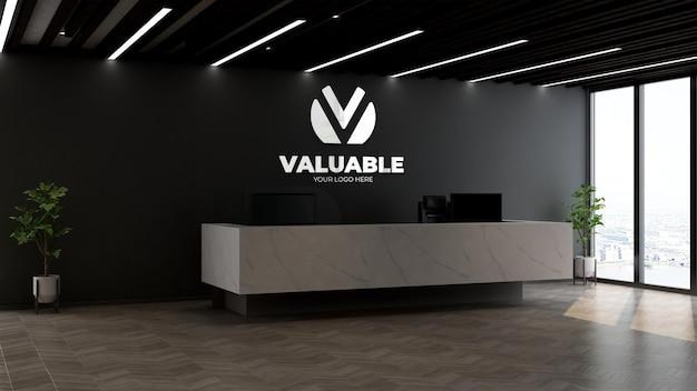Реалистичный серебряный макет логотипа компании на стойке регистрации или у администратора с черной стеной