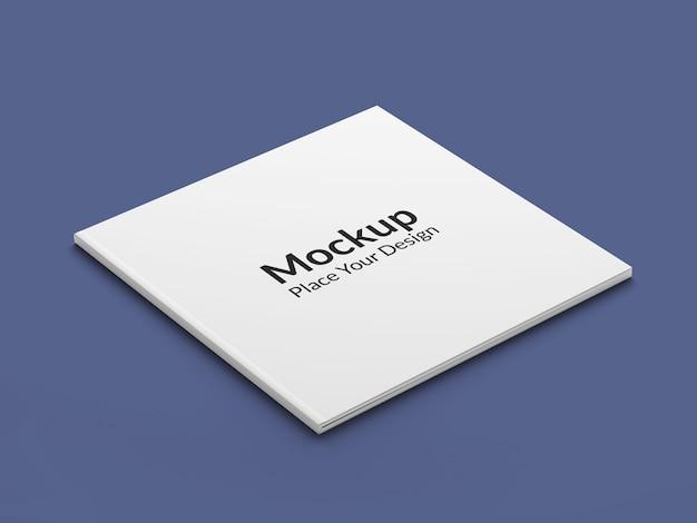 青い背景の上の現実的な正方形のパンフレットのモックアップ