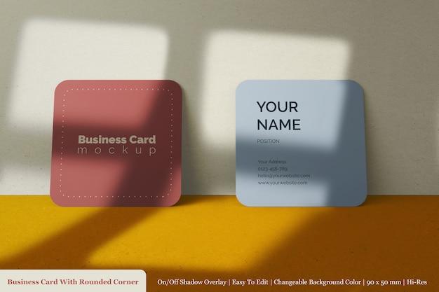 正面の丸い角のモックアップと現実的な2つの正方形のビジネスカード