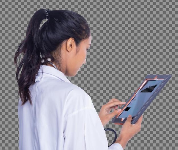 背面背面図20代のアジア人医師の半身の制服を着た黒髪の女性がデジタルタブレットの患者カルテを適用し、日焼けした皮膚の看護師が患者を注意深く確認し、スタジオ照明の白い背景