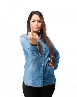 무례한 제스처를 보여주는 반란군 소녀