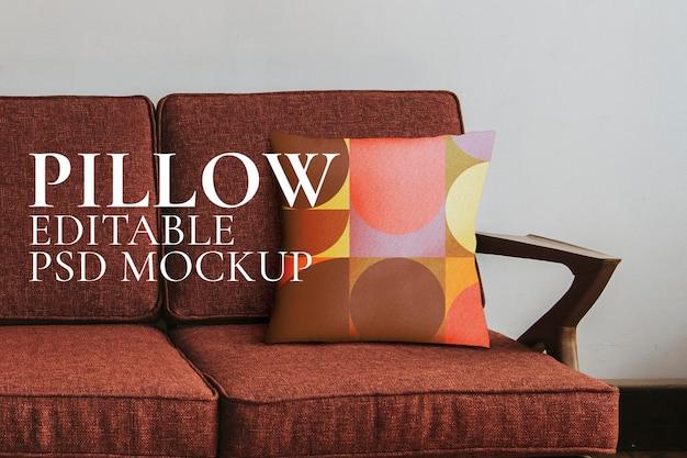 Красный диван у макета белой стены