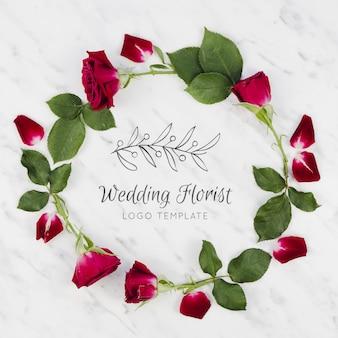 Красные розы и листья свадебного флориста