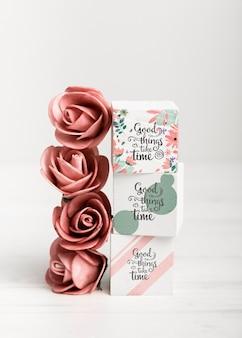 Rose rosse accanto a blocchi colorati