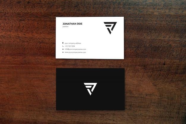 Red wood surface вертикальный макет визитной карточки