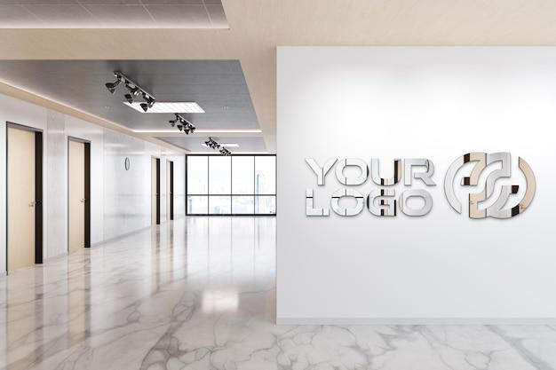 オフィスの壁に反射ロゴ