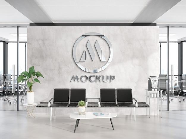 Светоотражающий металлический логотип на стене офиса mockup