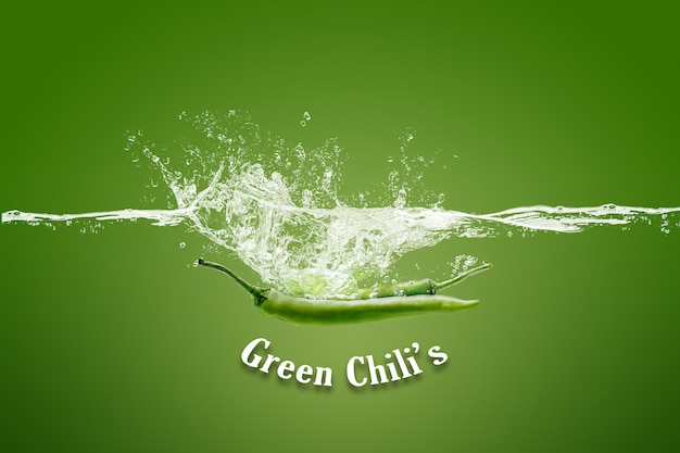Освежающий зеленый перец чили в воде, изолированных на зеленый