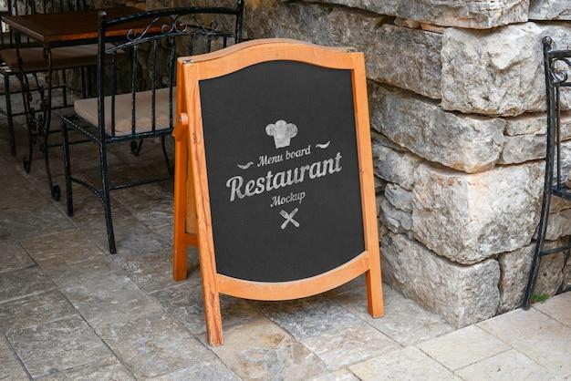 로고 또는 제안 프로모션 레스토랑 빈 메뉴 보드 모형. 오래 된 도시 돌 벽과 바닥 거리