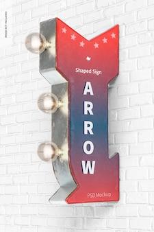 Mockup di cartello a forma di freccia retrò, appeso al muro