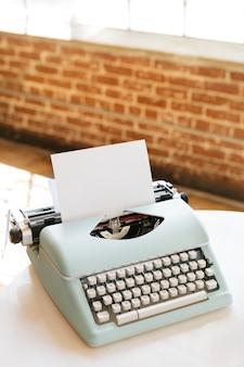 Ретро светло-голубой пастельный макет пишущей машинки