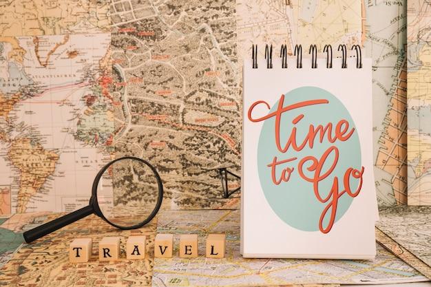 メモ帳と虫眼鏡とレトロ旅行のコンセプトモックアップ