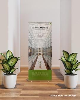 두 식물 사이의 내부 장면에서 배너 모형 롤업