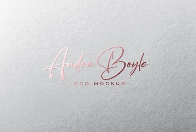 Тиснение фольгой из розового золота с логотипом на белой бумаге