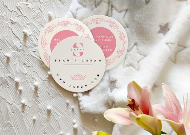 Круглый макет визитки с лилиями