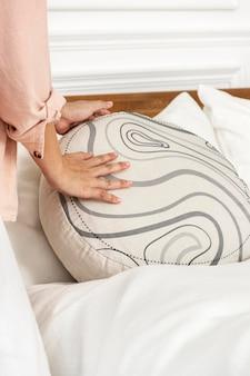 침대에 라운드 쿠션 커버 psd 모형