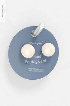 壁に掛かっている丸いイヤリングカードのモックアップ
