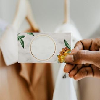 Визитная карточка с круглой золотой цветочной рамкой