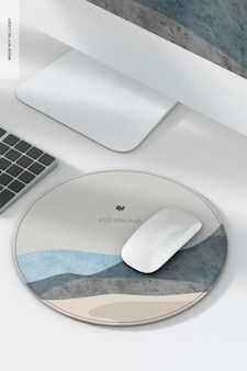 Мокап круглого кожаного коврика для мыши с компьютером