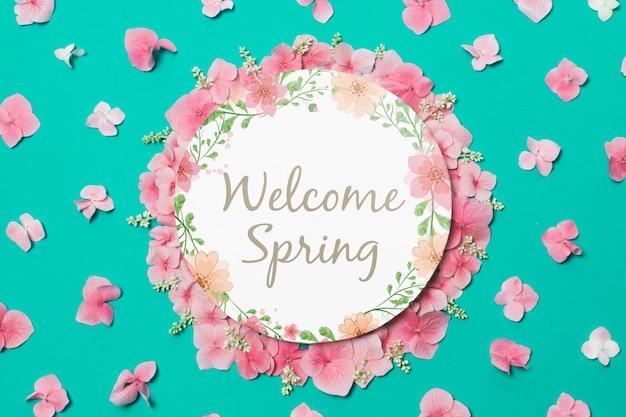 Круглый бумажный шаблон с цветами на весну