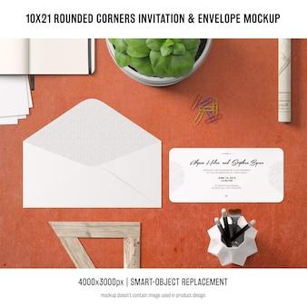 角の丸い招待状と封筒のモックアップ