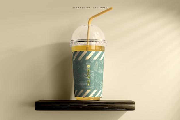 丸い蓋の大きなプラスチックカップのモックアップ