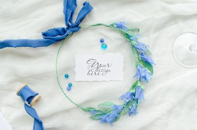 シルクリボン、クリスタル、花嫁の花輪で飾られた青い結婚式rsvpモックアップ