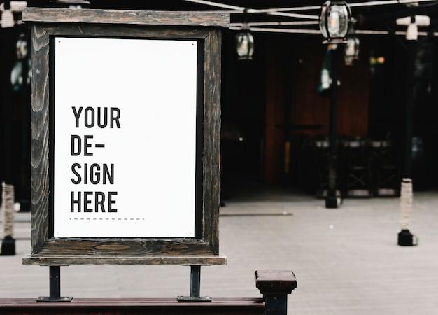 Mockup di cartello in legno rustico in un ristorante