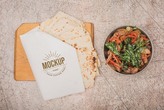 サラダとトルティーヤの健康食品のモックアップ