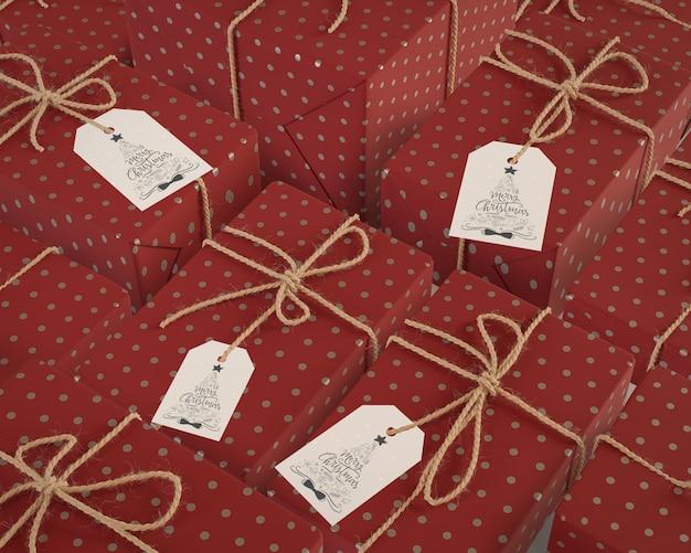 Подарки такого же размера, завернутые в красную бумагу