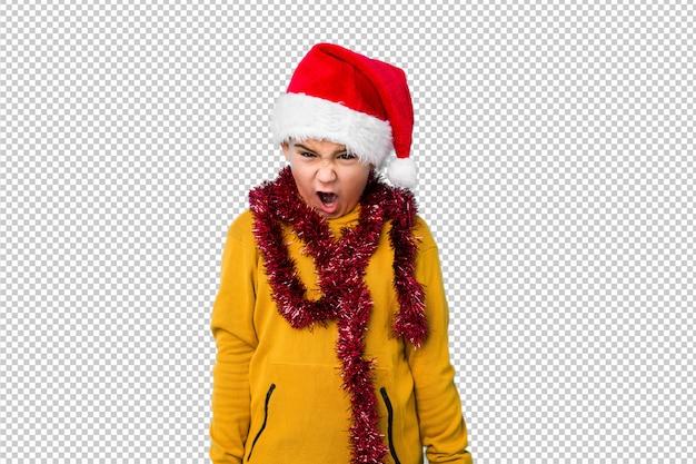 Мальчик празднуя рождество нося шляпу santa изолировал кричащее очень сердитое и агрессивное.