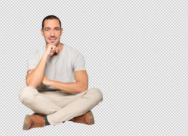 腕を組んだジェスチャーで満足している若い男