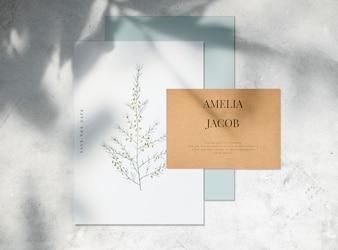 日付の結婚式の招待状カードのモックアップを保存する