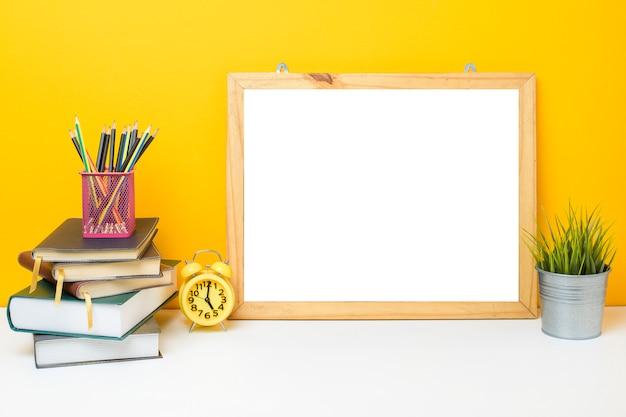 화이트 보드와 노란색 벽에 학교 장비