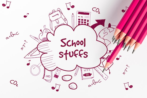 Schizzi di scarabocchio della roba di scuola e vista superiore delle matite rosa
