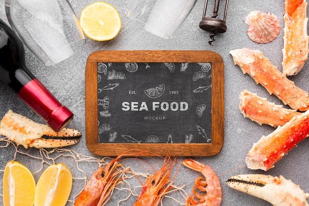黒板のモックアップと海の食べ物の配置